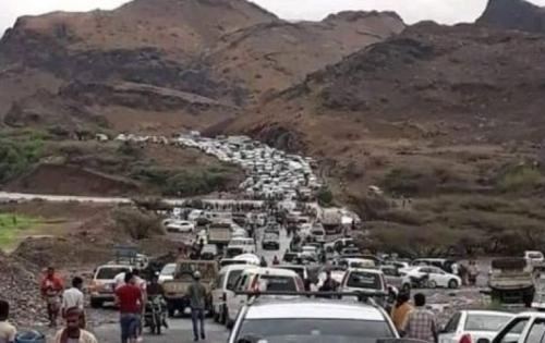 """شاهد-حشود كبيرة وغير مسبوقة من أهالي عدن تتجه إلى منطقة العند في تحد واضح لقرار السلطات  """" صورة """"ك-"""