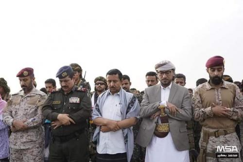 وزير الداخلية ومحافظ شبوة يؤديان صلاة عيد اﻷضحى مع جموع المصلين بعتق