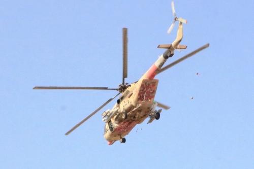طائرة مروحية توزع هدايا وتهاني عيديه في مصليات العيد بمدينة سيئون
