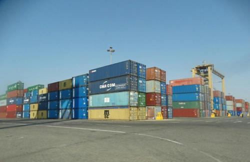 عاجل.. لجنة الفحص المتخصصة تبدأ بمعاينة المواد  الموجودة بأرصفة ميناء عدن