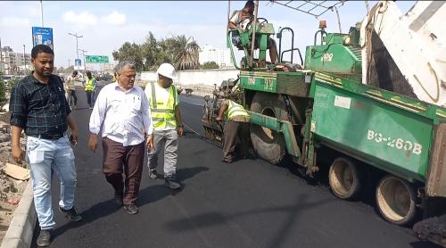 مدير عام أشغال عدن يتفقد مشروع إعادة تأهيل طريق  شاهيناز بمديرية خور مكسر